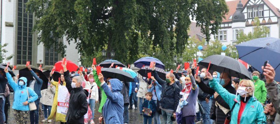 Symbolisch um 5 Minuten vor 12 Uhr zeigen die Demonstranten der AfD die Rote Karte